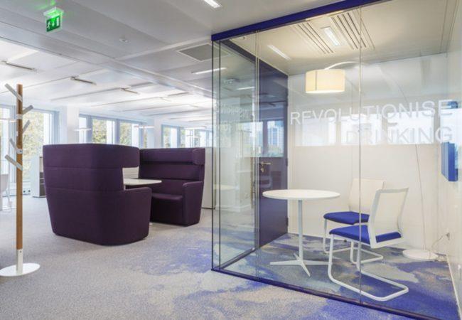 钢化玻璃隔断被广泛使用于各种行业领域。商务办公室、***酒店会议室及宴会厅、厂房装修、会展中心、教育及医疗保健机构等需要活动分割的场所。钢化玻璃隔断突出安全、环保、简约、时尚、高贵。展示现代人对居间环境追求,在有限空间里做灵活柔性的艺术空间设计。办公室玻璃隔断的材料有很多,样式也不同,合肥卓创装饰公司整理了适用各空间的隔断装修实景图,写字楼隔断玻璃隔断效果图,汽车展厅办公室玻璃隔断图片,学校隔断工程设计,厂房办公区玻璃隔断案例,医院隔断装修设计,针对不同风格、空间选择适合自己的办公空间玻璃隔断。